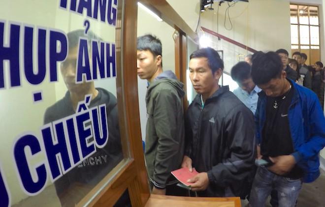 Sau Tết, hàng nghìn người dân Nghệ An đổ xô đi làm giấy thông hành để xuất ngoại - Ảnh 13.