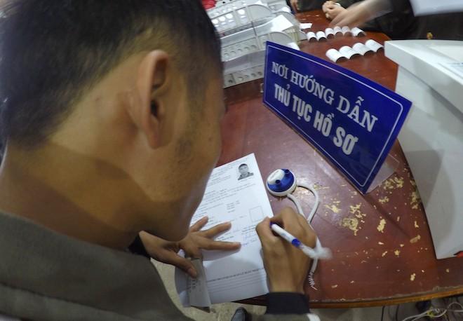 Sau Tết, hàng nghìn người dân Nghệ An đổ xô đi làm giấy thông hành để xuất ngoại - Ảnh 4.
