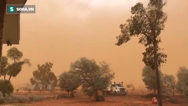 Cảnh tượng bão bụi dài 200km, nhuộm đỏ thị trấn nước Úc như trong phim viễn tưởng - Ảnh 1.