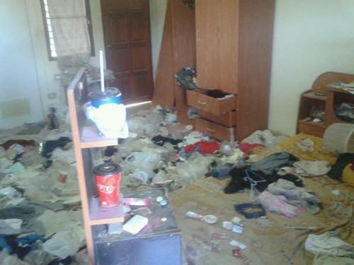 Những căn phòng lộn xộn, ở bẩn đến nỗi khó tìm một chỗ đặt chân tử tế! - ảnh 4