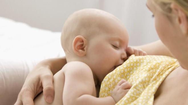 Bác sĩ khoa Nhi bày cách sơ cứu sặc sữa ở trẻ sơ sinh mẹ nào cũng cần biết - Ảnh 2.