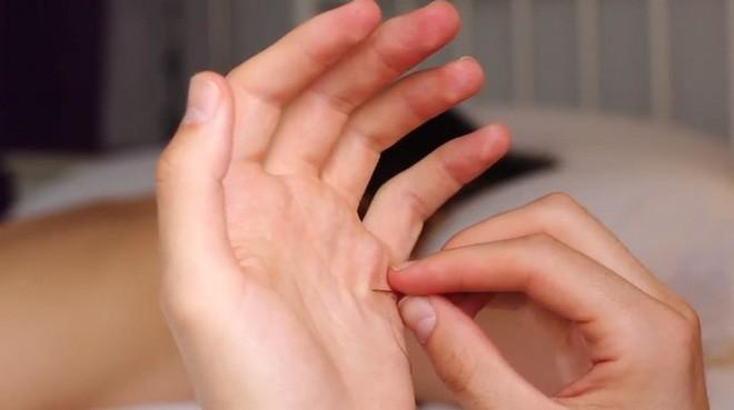 Xuyên chỉ lên chính da tay để tạo nên những bức hình nghệ thuật ám ảnh người xem - Ảnh 2.