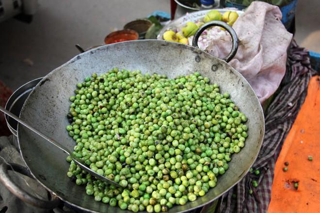 Món đậu Hà Lan dùng lá cây để xúc ăn khiến nhiều du khách ở Ấn Độ vô cùng thích thú - Ảnh 3.