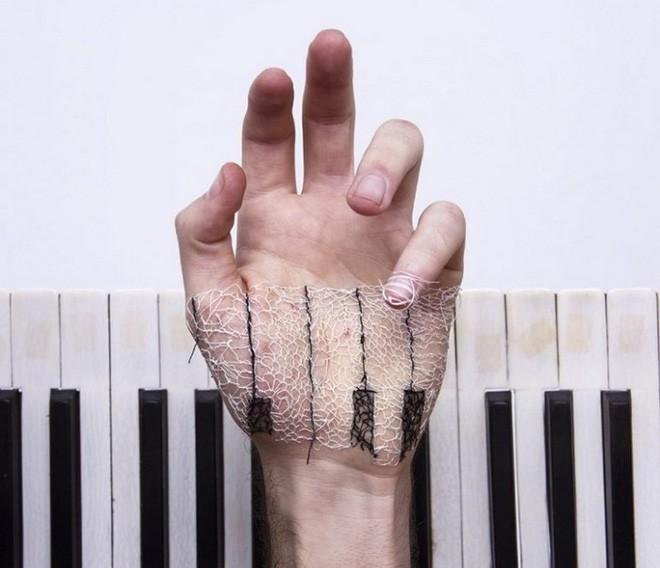Xuyên chỉ lên chính da tay để tạo nên những bức hình nghệ thuật ám ảnh người xem - Ảnh 5.
