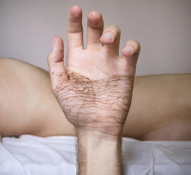 Xuyên chỉ lên chính da tay để tạo nên những bức hình nghệ thuật ám ảnh người xem - Ảnh 10.