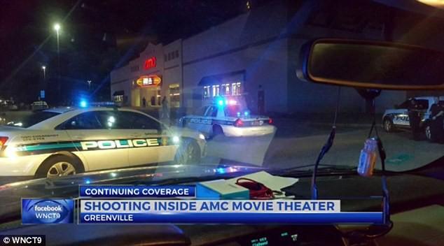 Tranh giành chỗ xem Chiến binh báo đen, cặp vợ chồng xả súng ngay trong rạp chiếu - Ảnh 1.