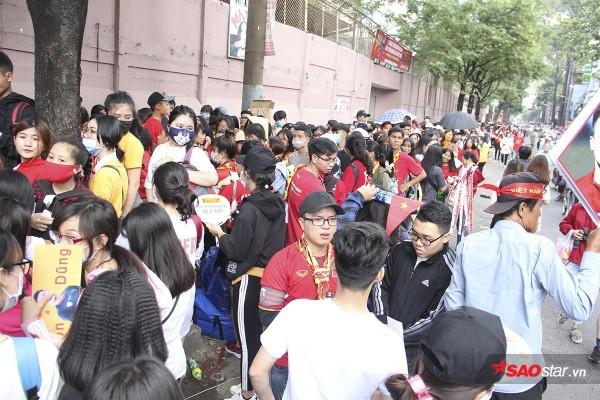 Sân Thống Nhất: Fan xếp hàng dài cả km hò hét đòi mở cửa giao lưu U23 VN - Ảnh 1.