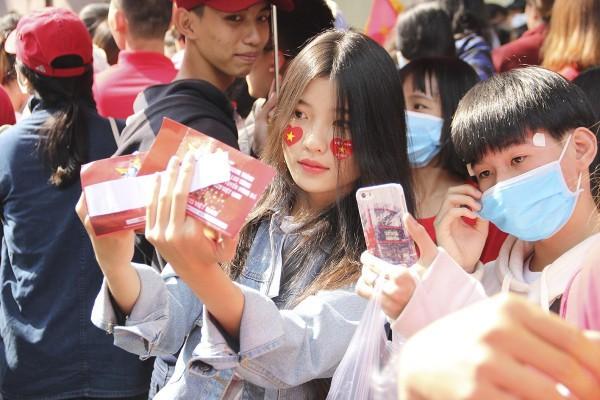 Sân Thống Nhất: Fan xếp hàng dài cả km hò hét đòi mở cửa giao lưu U23 VN - Ảnh 4.