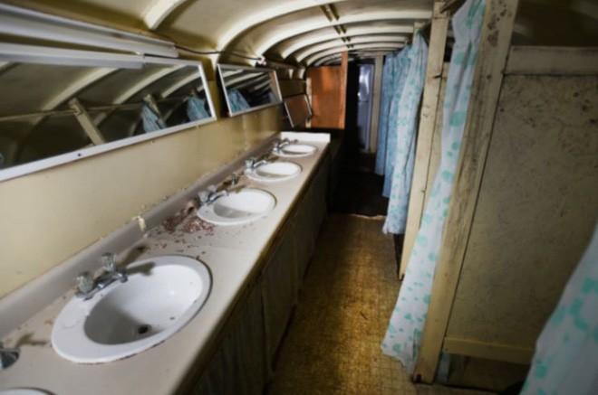 Lão điên bị mắng chửi vì đem chôn 42 chiếc xe buýt, sau 35 năm không ai có thể tin vào mắt mình khi ghé thăm cái hố này - Ảnh 7.