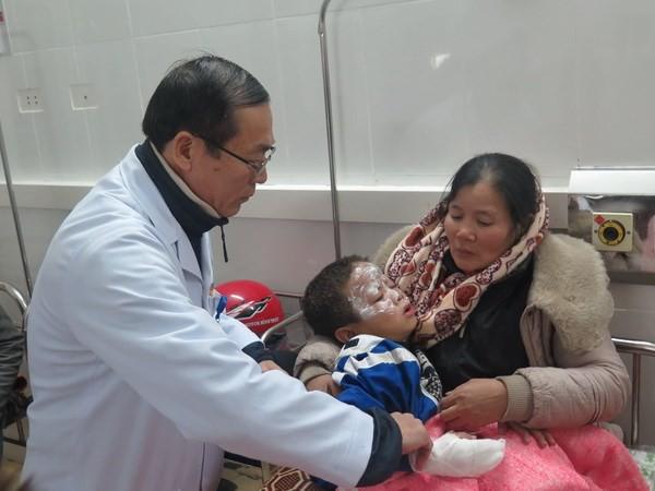 Hà Tĩnh: Nổ bình ga, 7 học sinh tiểu học bỏng nặng phải đi cấp cứu - Ảnh 1.