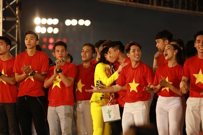 Chỉ duy nhất Mỹ Tâm làm được điều tuyệt vời này khi xuất hiện cùng U23 Việt Nam - Ảnh 5.