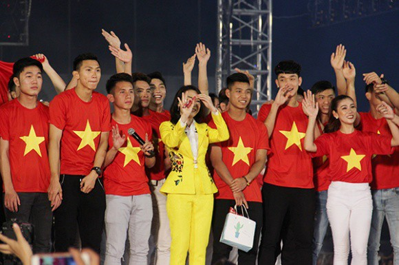 Chỉ duy nhất Mỹ Tâm làm được điều tuyệt vời này khi xuất hiện cùng U23 Việt Nam - Ảnh 4.