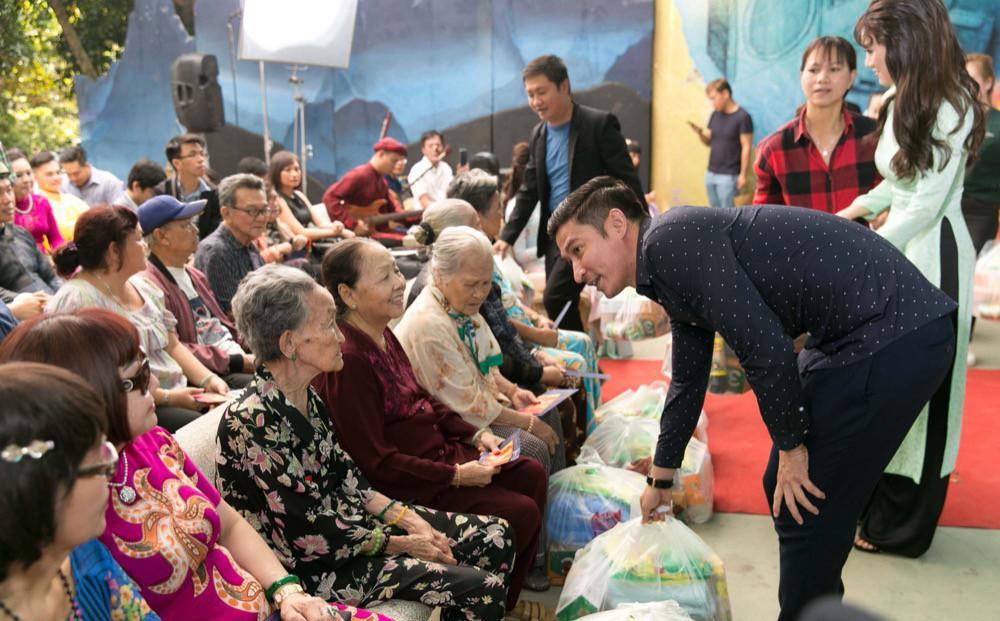 Huy Khánh, Cao Thiên Trang đến thăm các nghệ sĩ neo đơn