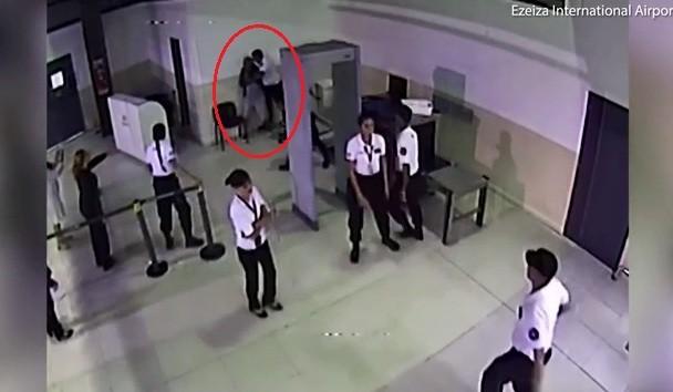 Quên hành lý quan trọng, hành khách ra đòn, hạ gục nhân viên sân bay - Ảnh 2.
