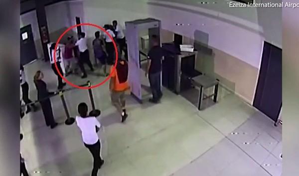 Quên hành lý quan trọng, hành khách ra đòn, hạ gục nhân viên sân bay - Ảnh 3.