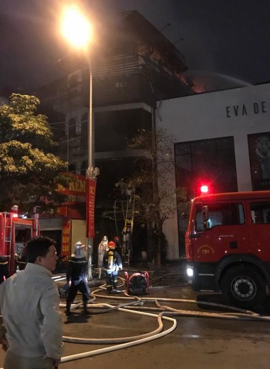 Cháy lớn trên phố Trần Duy Hưng - Ảnh 2.