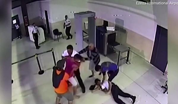 Quên hành lý quan trọng, hành khách ra đòn, hạ gục nhân viên sân bay - Ảnh 4.