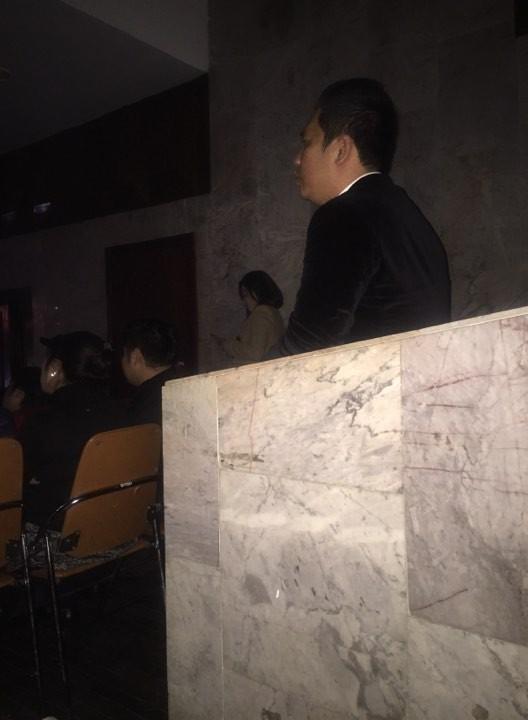 Đại gia phòng trà đứng hơn 2 tiếng xem Lệ Quyên hát, luôn là người vỗ tay đầu tiên 2