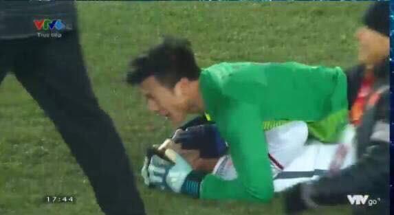 Những khoảnh khắc ngoài sân cỏ giữa các cầu thủ U23 Việt Nam khiến CĐV ghép đôi nhiệt tình - Ảnh 1.