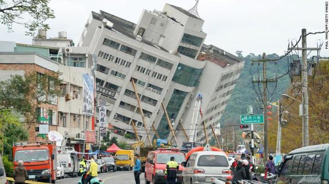 Hình ảnh kinh hoàng về tòa chung cư bị quật ngã vì động đất ở Đài Loan, nơi hàng chục người mắc kẹt - Ảnh 1.