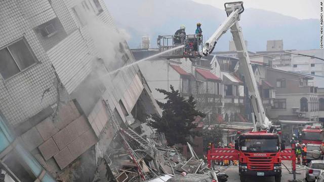 Hình ảnh kinh hoàng về tòa chung cư bị quật ngã vì động đất ở Đài Loan, nơi hàng chục người mắc kẹt - Ảnh 11.