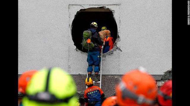 Hình ảnh kinh hoàng về tòa chung cư bị quật ngã vì động đất ở Đài Loan, nơi hàng chục người mắc kẹt - Ảnh 5.