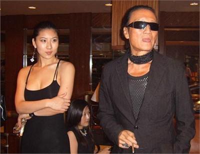 Chuyện tình bền chặt của bố Tạ Đình Phong và bạn gái kém 49 tuổi  - Ảnh 1.