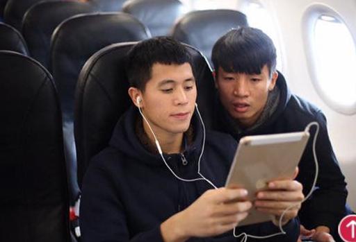 Fan hâm mộ phát cuồng trước hành động của các cầu thủ U23 dành cho diva Mỹ Linh - Ảnh 8.