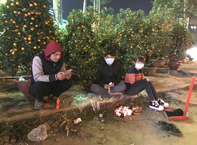 Trắng đêm ngồi co ro đốt củi sưởi ấm để canh đào, quất, hoa Tết 18