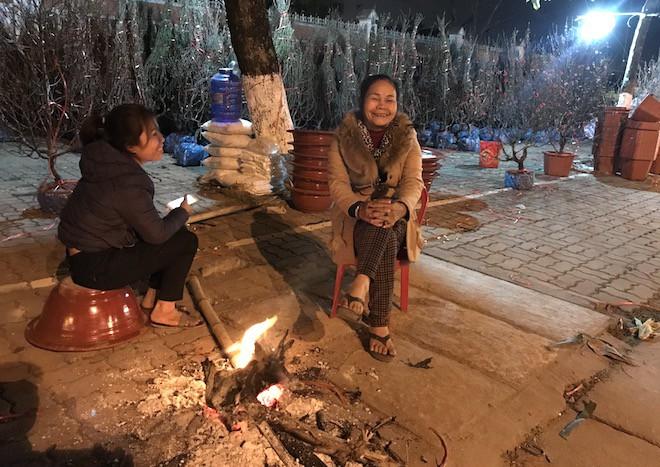Trắng đêm ngồi co ro đốt củi sưởi ấm để canh đào, quất, hoa Tết 12