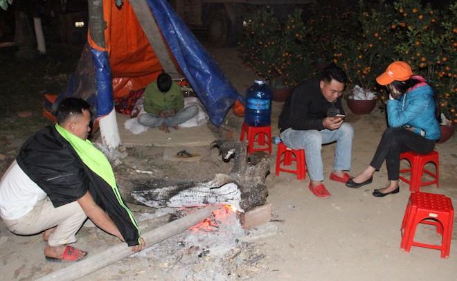 Trắng đêm ngồi co ro đốt củi sưởi ấm để canh đào, quất, hoa Tết - Ảnh 9.