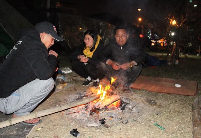 Trắng đêm ngồi co ro đốt củi sưởi ấm để canh đào, quất, hoa Tết 7