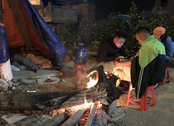 Trắng đêm ngồi co ro đốt củi sưởi ấm để canh đào, quất, hoa Tết 5