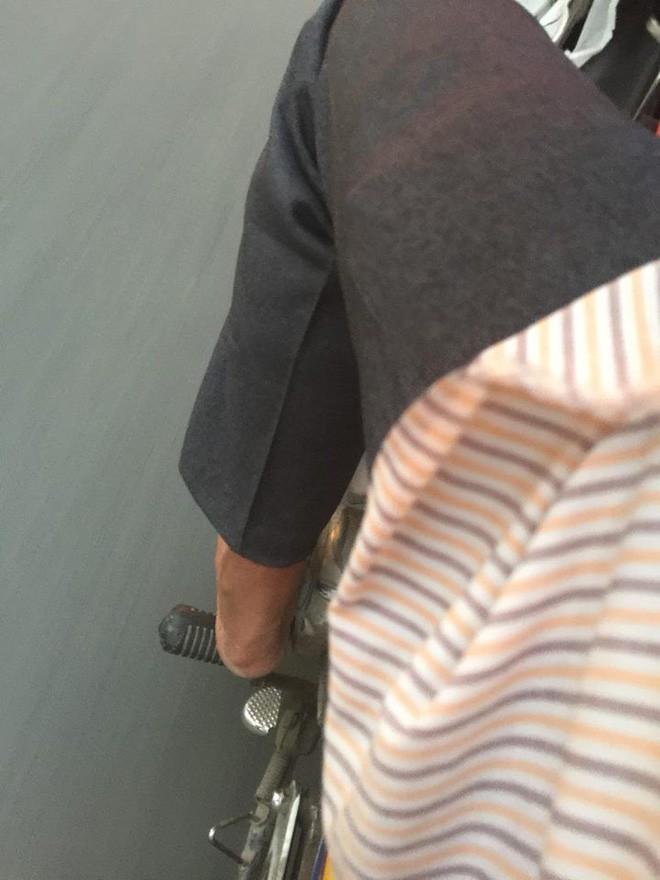 Bắt gặp chú xe ôm Sài Gòn đi chân trần hôm 23 Tết, vị khách nữ đã có có hành động bất ngờ khiến dân mạng dậy sóng  - Ảnh 1.