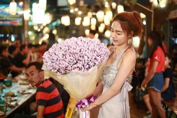 Cô gái 'chịu chơi' tặng bạn trai bó hoa làm từ 70 triệu đồng tiền mặt làm quà Valentine - Ảnh 1.