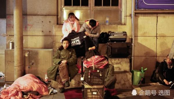 Để kịp chuyến tàu về quê ăn Tết, hàng ngàn người ngủ vạ vật tại ga tàu - Ảnh 1.