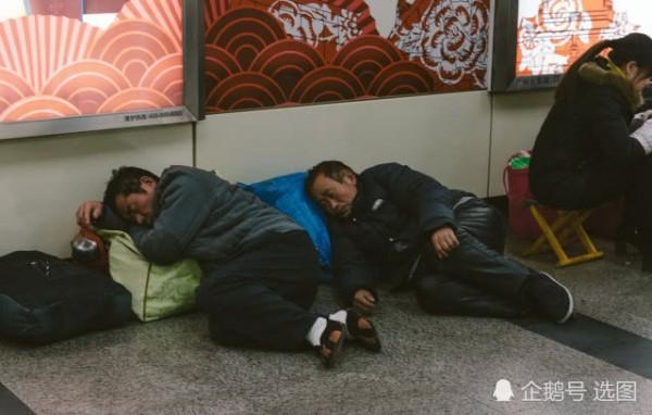 Để kịp chuyến tàu về quê ăn Tết, hàng ngàn người ngủ vạ vật tại ga tàu - Ảnh 2.