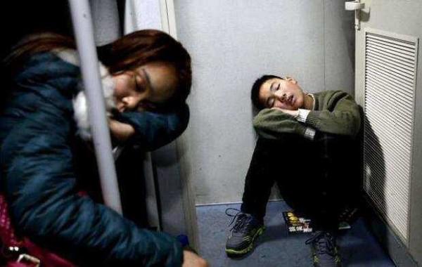 Để kịp chuyến tàu về quê ăn Tết, hàng ngàn người ngủ vạ vật tại ga tàu - Ảnh 11.