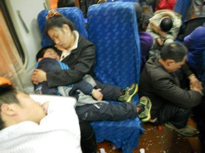 Để kịp chuyến tàu về quê ăn Tết, hàng ngàn người ngủ vạ vật tại ga tàu - Ảnh 12.