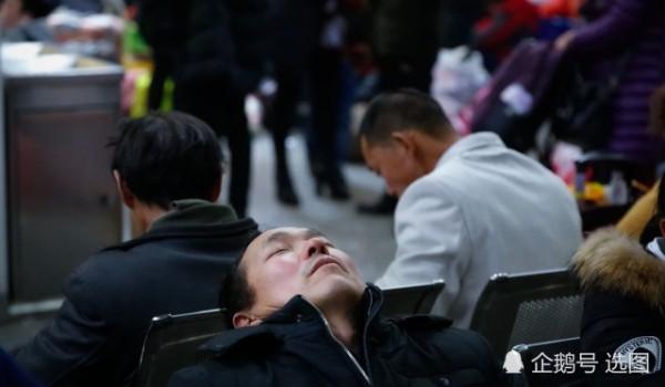 Để kịp chuyến tàu về quê ăn Tết, hàng ngàn người ngủ vạ vật tại ga tàu - Ảnh 3.