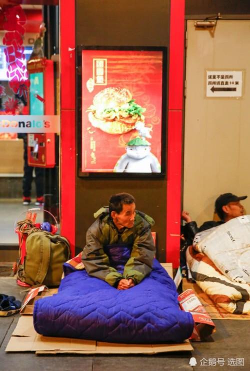 Để kịp chuyến tàu về quê ăn Tết, hàng ngàn người ngủ vạ vật tại ga tàu - Ảnh 4.