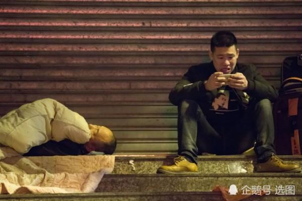 Để kịp chuyến tàu về quê ăn Tết, hàng ngàn người ngủ vạ vật tại ga tàu - Ảnh 6.