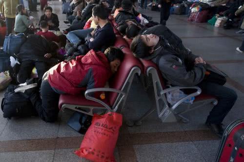 Để kịp chuyến tàu về quê ăn Tết, hàng ngàn người ngủ vạ vật tại ga tàu - Ảnh 8.