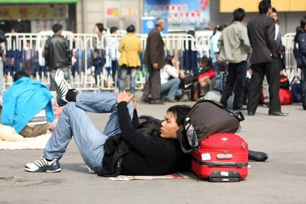 Để kịp chuyến tàu về quê ăn Tết, hàng ngàn người ngủ vạ vật tại ga tàu - Ảnh 9.