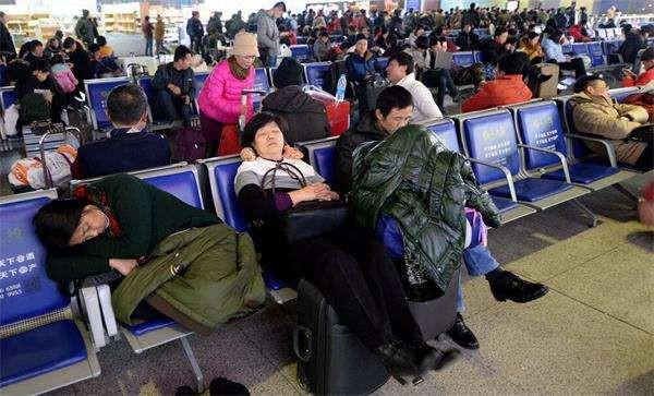 Để kịp chuyến tàu về quê ăn Tết, hàng ngàn người ngủ vạ vật tại ga tàu - Ảnh 10.