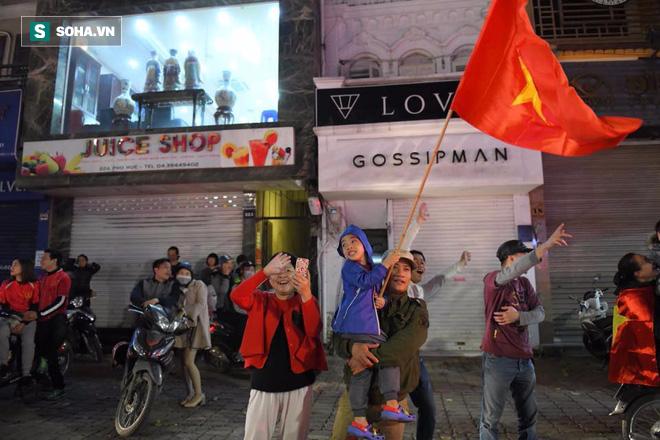 Những cổ động viên đặc biệt trong dòng người đi bão ăn mừng chiến thắng U23 Việt Nam - Ảnh 5.