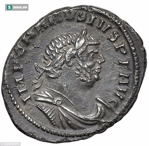 Sau 25 năm săn kho báu, người làm vườn tìm được đồng bạc hiếm, trị giá 10.000 bảng Anh  - Ảnh 1.