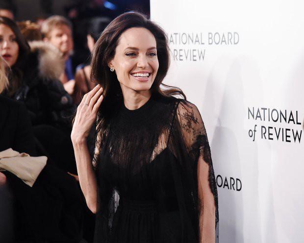 Sau hơn 1 năm từ bỏ người đàn ông từng yêu nồng say suốt cả thập kỷ, Angelina Jolie đang sống thế nào? - Ảnh 3.