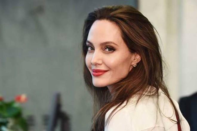 Sau hơn 1 năm từ bỏ người đàn ông từng yêu nồng say suốt cả thập kỷ, Angelina Jolie đang sống thế nào? - Ảnh 4.