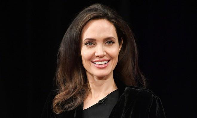 Sau hơn 1 năm từ bỏ người đàn ông từng yêu nồng say suốt cả thập kỷ, Angelina Jolie đang sống thế nào? - Ảnh 5.